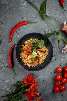 Arroz tailandês com frango