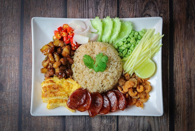 Arroz temperado com pasta de camarão ou fatia de mistura de arroz de cebola roxa, feijão, manga, ovo frito