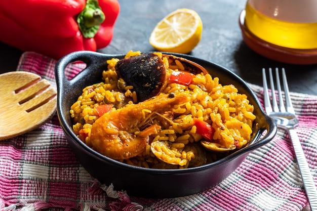 Arroz tradicional valenciano e espanhol e paella de frutos do mar