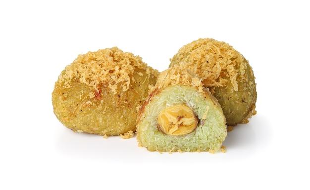 Arroz verde amassado e muito frito e coco ralado com banana (khaao mao thaawt).