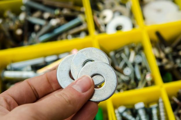 Arruela do metal à disposição no fundo das ferramentas.
