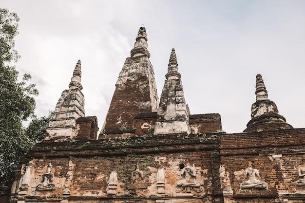 Arruina o templo na tailândia com céu azul