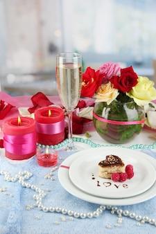 Arrumação da mesa em homenagem ao dia dos namorados no espaço do quarto