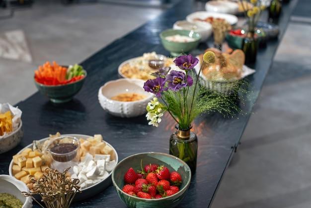 Arrumação de mesa deliciosos petiscos e flores de frutas e enfeites para eventos importantes e familiares