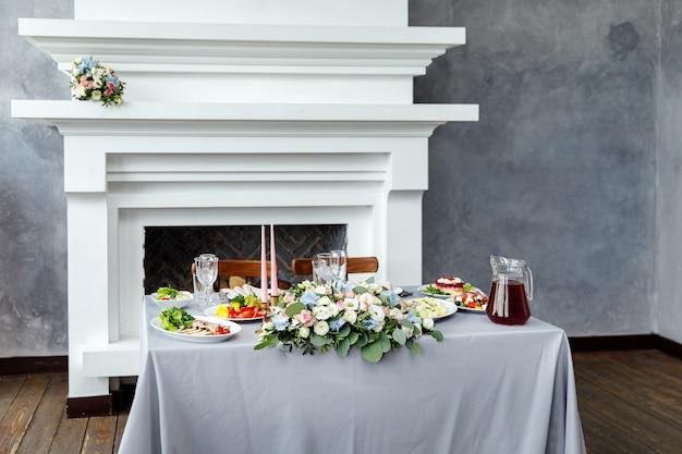 Arrumação de mesa para jantar de casamento em restaurante