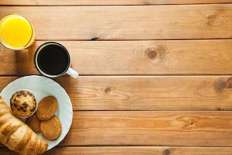Arrumado bebidas e pastelaria para o café da manhã