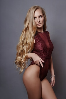 Art beauty mulher nua bodysuit vermelho, maquiagem perfeita