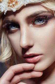 Art fashion menina loira com cílios longos e pele clara. cuidados com a pele e cílios. bonitos lábios. princesa rainha fada