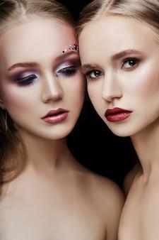 Art maquiagem duas garotas abraçando, muitos strass