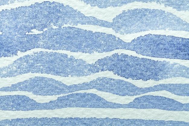 Arte abstrata fundo azul claro e cores brancas. pintura em aquarela sobre papel áspero com ondas.