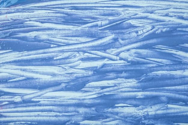 Arte abstrata fundo azul claro e cores brancas. pintura em aquarela sobre tela com pinceladas do céu e respingos. arte em acrílico sobre papel com padrão de pinceladas. cenário de pedra.