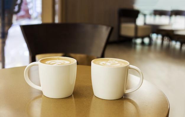 Arte atrasada na xícara de café em madeira