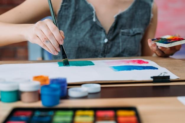 Arte contemporânea. foto recortada de jovem pintora criando arte abstrata com aquarela.