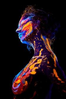 Arte corporal uv de halloween mistura gelo e fogo quente frio retrato brilhante