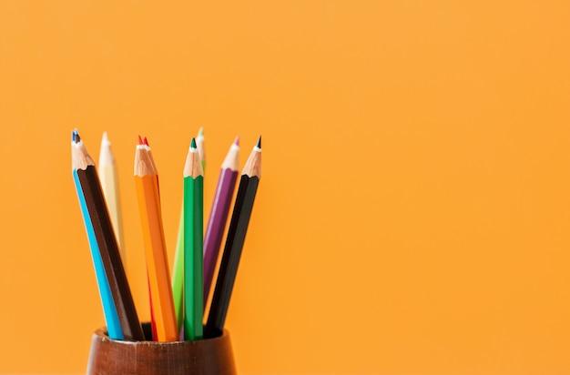 Arte criativa fundo feito de lápis de cor