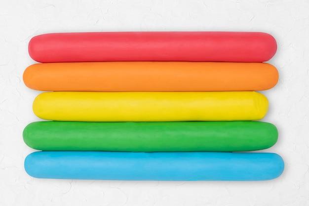 Arte criativa gráfica colorida com textura de argila seca arco-íris para crianças