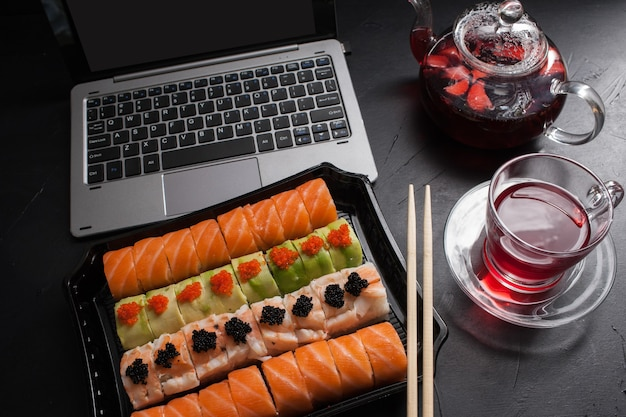 Arte da fotografia de alimentos. conjunto de rolos de sushi. conceito de entrega de jantar de cozinha japonesa. almoço de negócios.