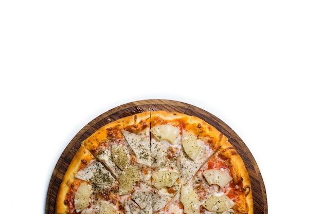 Arte da fotografia de alimentos. pizza em uma placa de madeira em um fundo branco de contraste. conceito de copyspace. cozinha nacional italiana