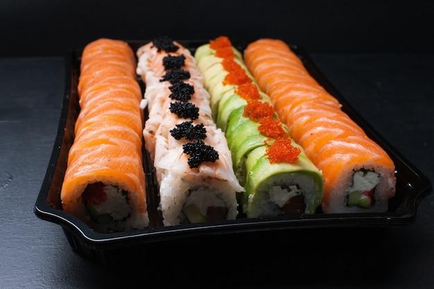 Arte da fotografia de alimentos. variedade de rolos de sushi. conceito de cozinha japonesa