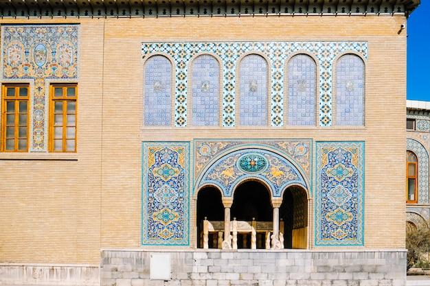 Arte das telhas em karim khani nook, palácio de golestan. teerã, irã.