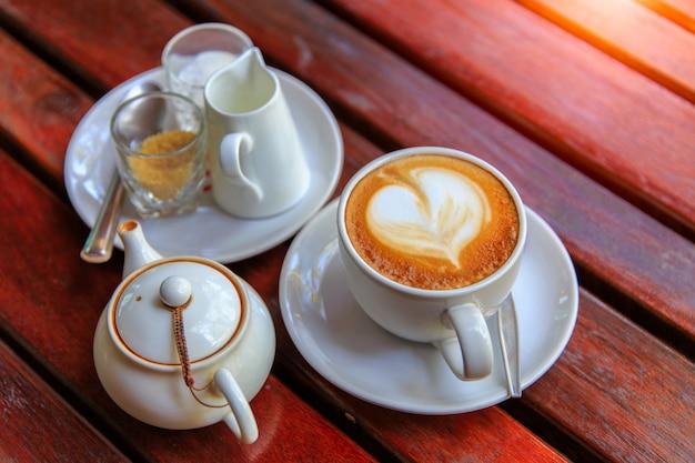 Arte de café com leite na mesa de madeira na cafeteria