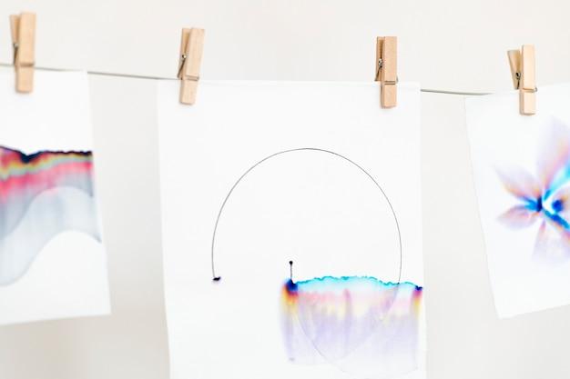 Arte de cromatografia estética em papéis brancos pendurados em uma corda