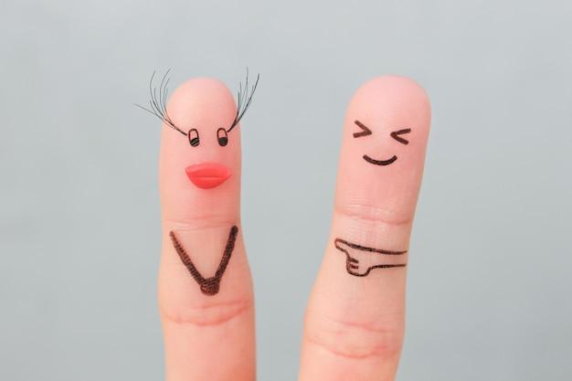 Arte de dedos de casal. o homem não gosta de como a mulher aumentou os cílios, os lábios de silicone.