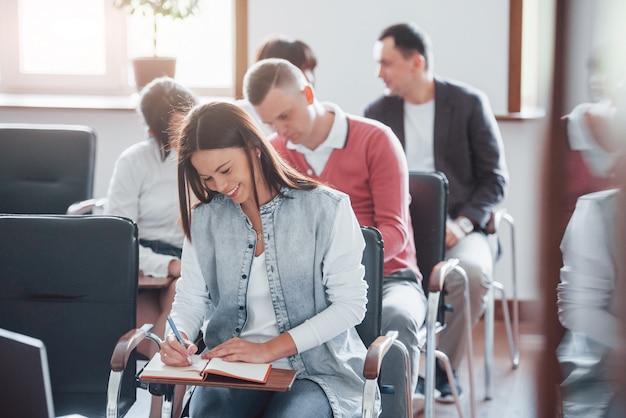 Arte de ensino. grupo de pessoas em conferência de negócios em sala de aula moderna durante o dia