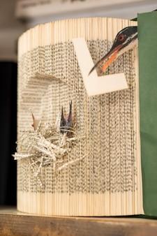 Arte de folhas de papel em forma de pássaros