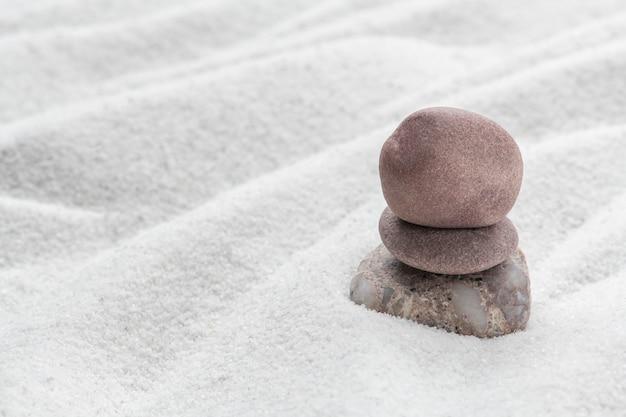 Arte de fundo de areia de pedras zen empilhadas do conceito de equilíbrio Foto gratuita