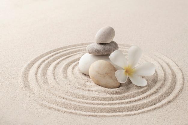 Arte de fundo de areia de pedras zen empilhadas do conceito de equilíbrio