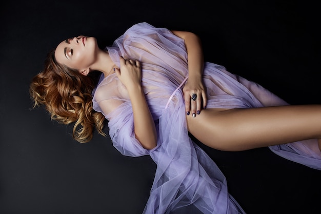 Arte de mulher nua no vestido transparente luz lilás