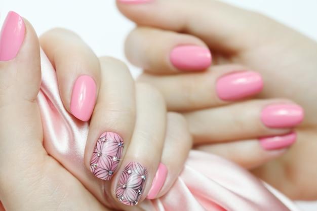 Arte de unhas rosa com lenço