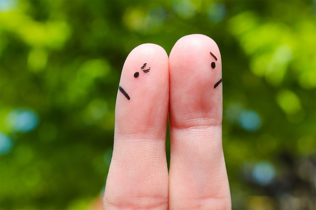 Arte do dedo do casal. casal depois de uma discussão olhando em direções diferentes.