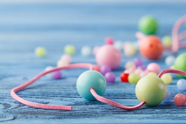 Arte do passatempo jewerly. fazendo contas de algumas bolas coloridas