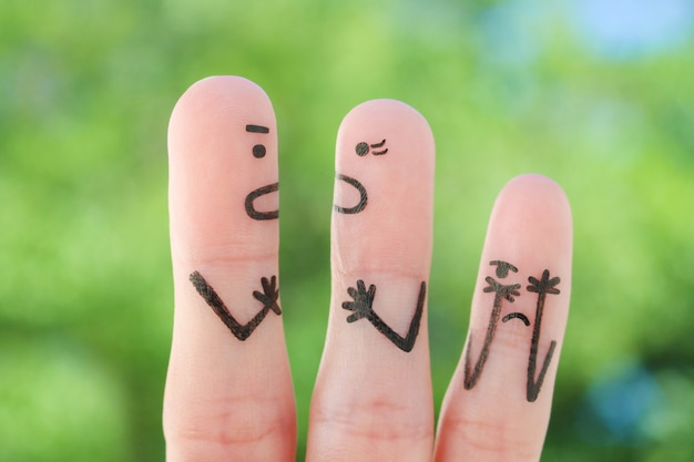Arte dos dedos da família durante a briga. conceito de briga de pais, a criança estava chateada.