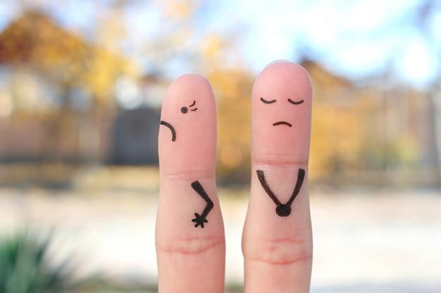 Arte dos dedos do casal descontente. a mulher ficou ofendida, o homem culpado.