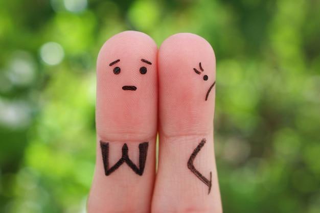 Arte dos dedos do casal descontente. a mulher ficou ofendida, o homem pede perdão.