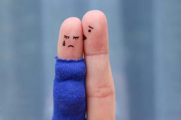 Arte dos dedos do casal descontente. gritos de grávida, o homem a tranquiliza.