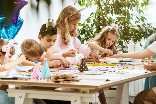 Arte em mosaico para crianças, jogo criativo para crianças.