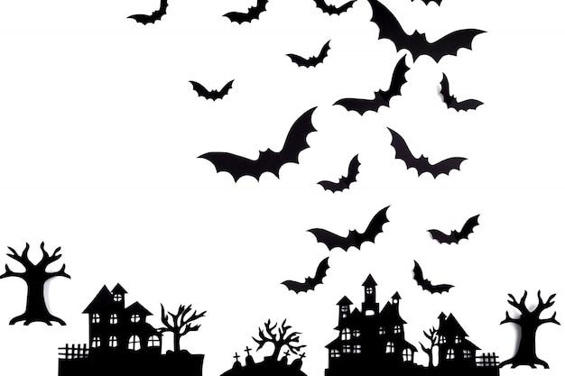 Arte em papel de halloween. vila abandonada em uma floresta enevoada
