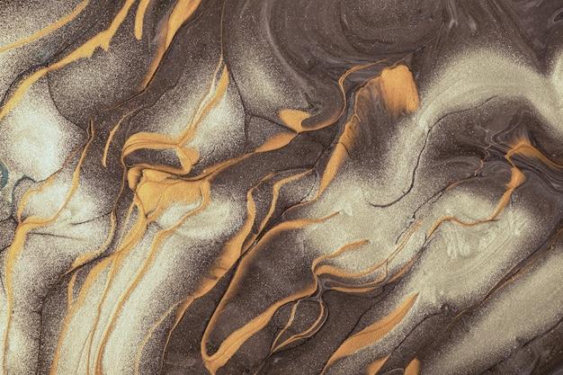 Arte fluida abstrata fundo marrom escuro e cores bege. mármore líquido. pintura acrílica sobre tela com linhas douradas e gradiente. cenário de tinta a álcool com padrão de ondas prateado.
