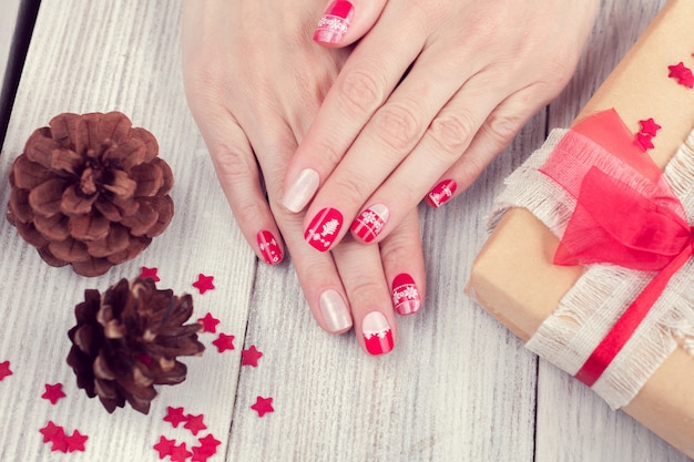 Arte manicure, cor vermelha e branca