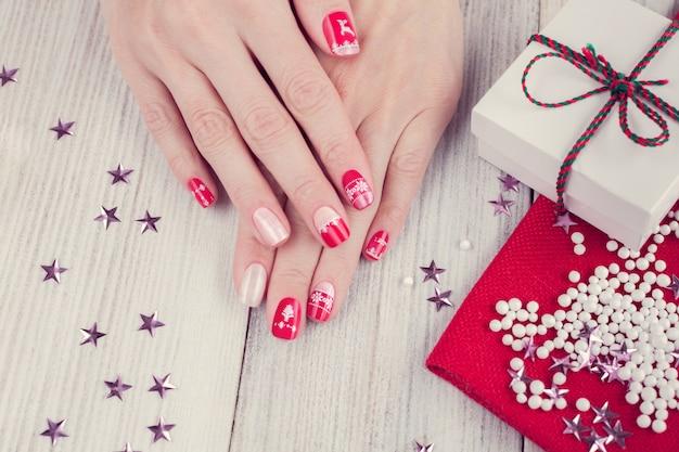 Arte manicure de natal, cor vermelha e branca