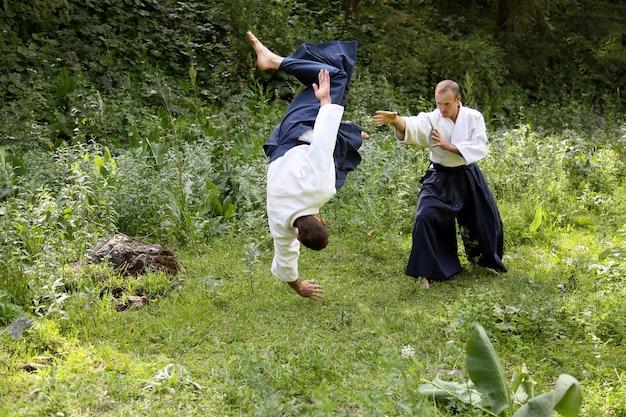 Arte marcial treinando aikido