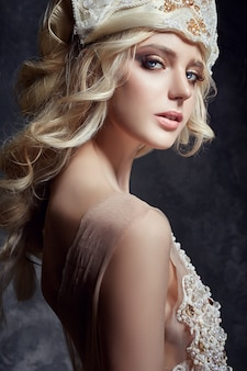 Arte moda loira menina cílios longos pele clara