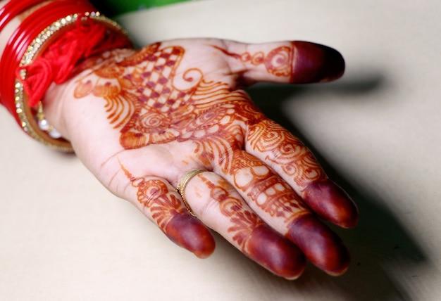 Arte na mão de meninas usando a planta de hena, também chamada de design mehndi, style.it é uma tradição na índia.