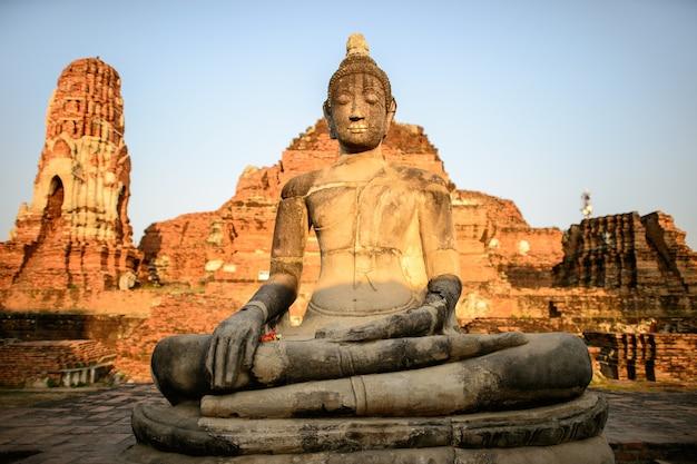 Arte religiosa asiática. escultura antiga do arenito da buda em ruínas. ayutthaya, tailândia