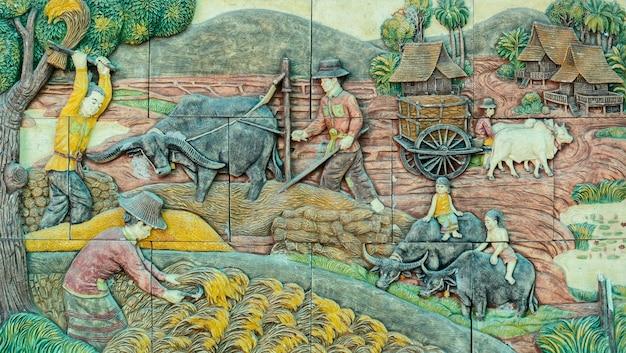 Arte tailandesa do stucco da vida rural tailandesa tradicional da agricultura no passado