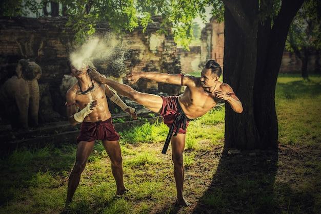 Artes marciais de muay thai, boxe tailandês no parque histórico de ayutthaya em ayutthaya, tailândia